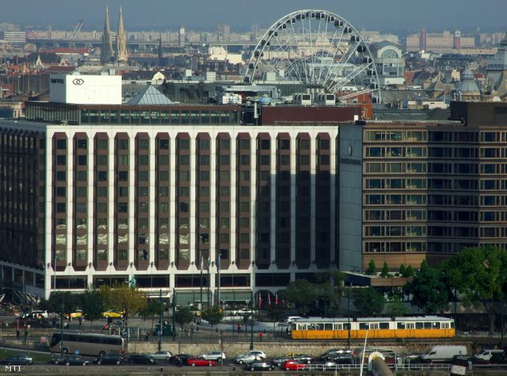 A Sofitel Budapest Chain Bridge (b) és az InterContinental Budapest Hotel épülete a pesti Duna-parton.