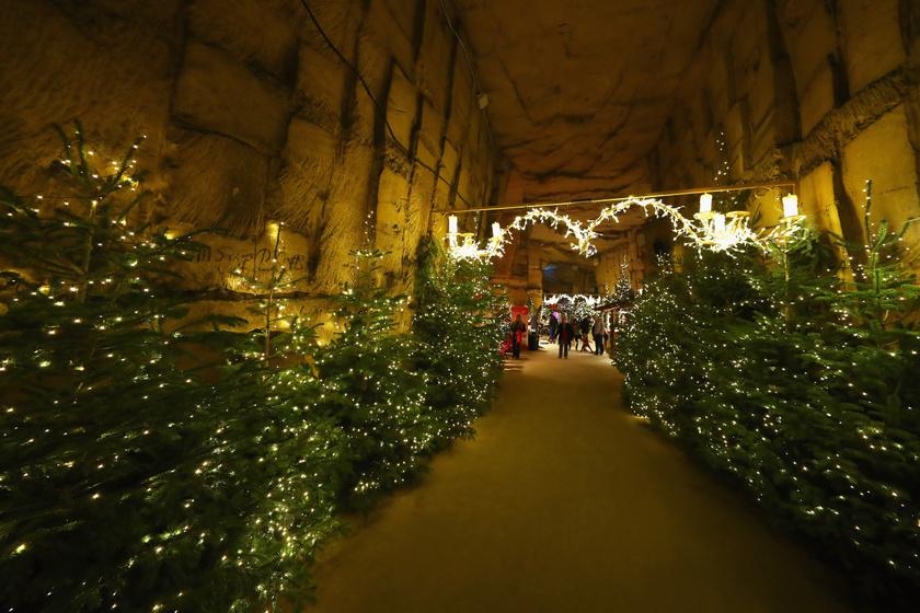 """A 11-12. században alakult mészkőbarlang egy várrom közelében helyezkedik el a hollandiai Valkenburgban. Az adventi piacnak a Gemeentegrot """"önkormányzati barlang"""" nevű része ad otthont, minden év november közepétől december 23-ig."""