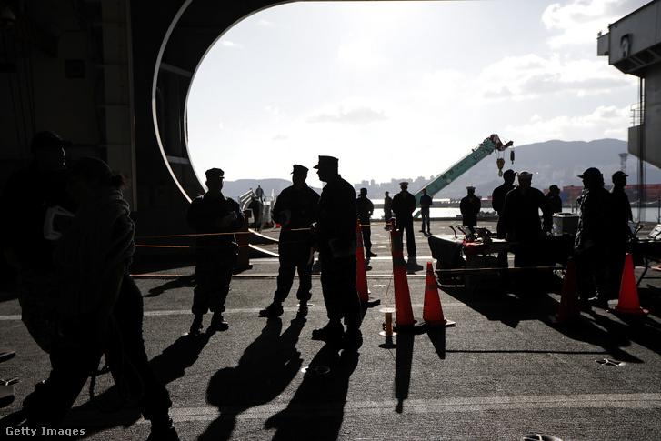 Az amerikai Ronald Reagan repülőgép-hordozó hajó legénysége a Busan Naval dél-koreai bázison 2017-ben