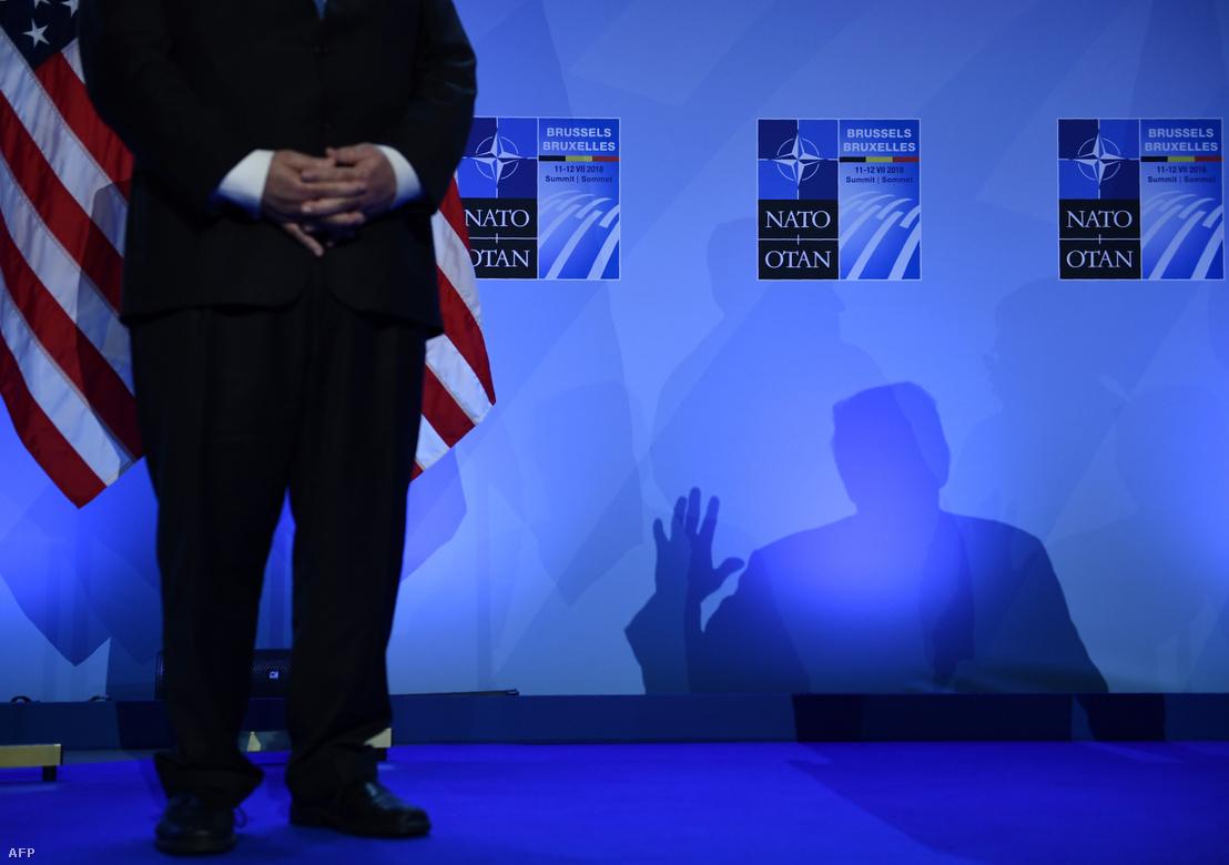 Mike Pompeo (balra) hallgatja Donald Trump beszédét a NATO 2018-as brüsszeli találkozóján