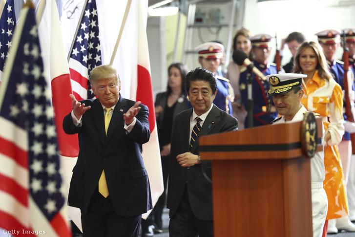 Donald Trump és Abe Sindzo a japán DDH-184 helikopter hordozó hajón a JMSDF Yokosuka bázisnál Tokióban 2019. május 28-án