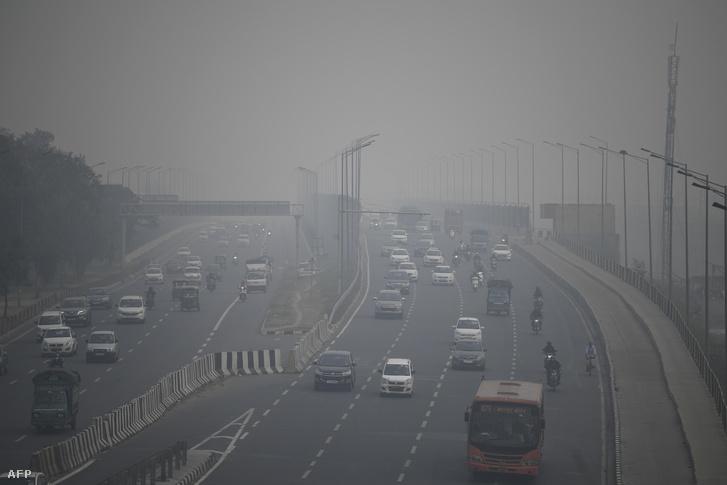 Szmog az autópályán Új-Delhiben 2019. november 14-én