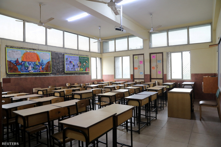 Üres osztályterem Új-Delhiben, az iskola bezárt a légszennyezettség miatt 2019. november 14-én