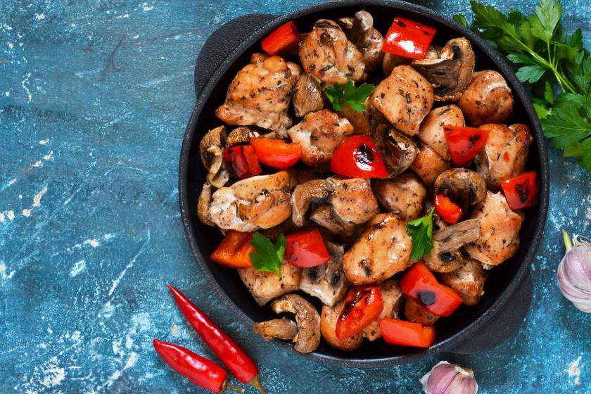 Gombával és paprikával sült omlós csirkemell: ínyenc fogás 30 perc alatt
