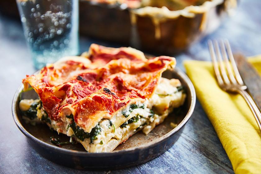 Ricottás-spenótos lasagne selymes besamellel és fűszeres paradicsomszósszal