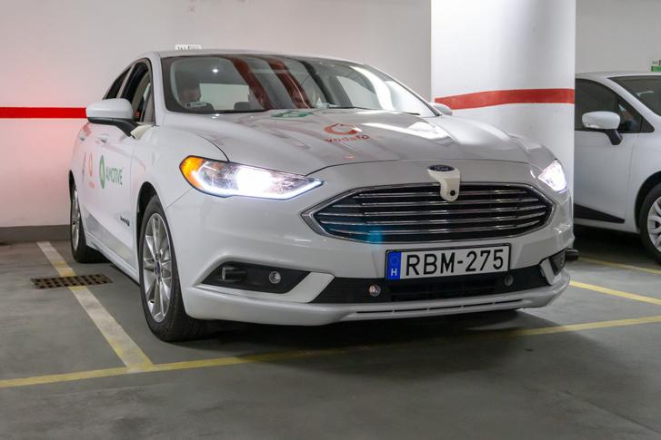 A bemutató autó az ultrahangos radarokon és a kevésbé elrejtett kamerákon kívül semmiben nem különbözik utcai társaitól