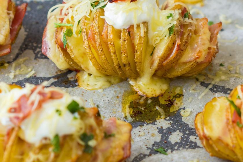 Ha igazán elegáns, különleges sült krumplira vágysz, készítsd el Hasselback módon. Annyira egyszerű, csak be kell vagdosni harmonikaszerűen az egész krumplit, és mehet is a sütőbe. Érdemes fűszerekkel, tejföllel, sajttal, esetleg baconnel tovább fokozni az élvezetet.
