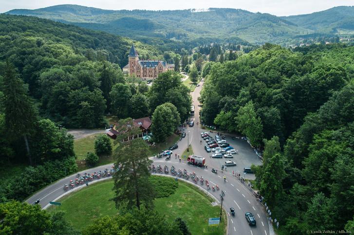 A Tour de Hongrie mezőnye a parádsasvári kastély előtt