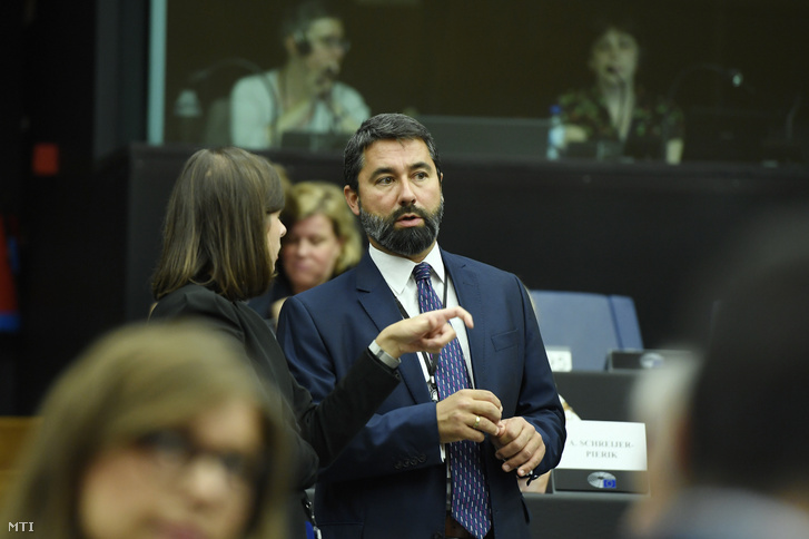 Hidvéghi Balázs a Fidesz-KDNP EP-képviselője az Európai Néppárt ülésén az Európai Parlamentben 2019. július 15-én