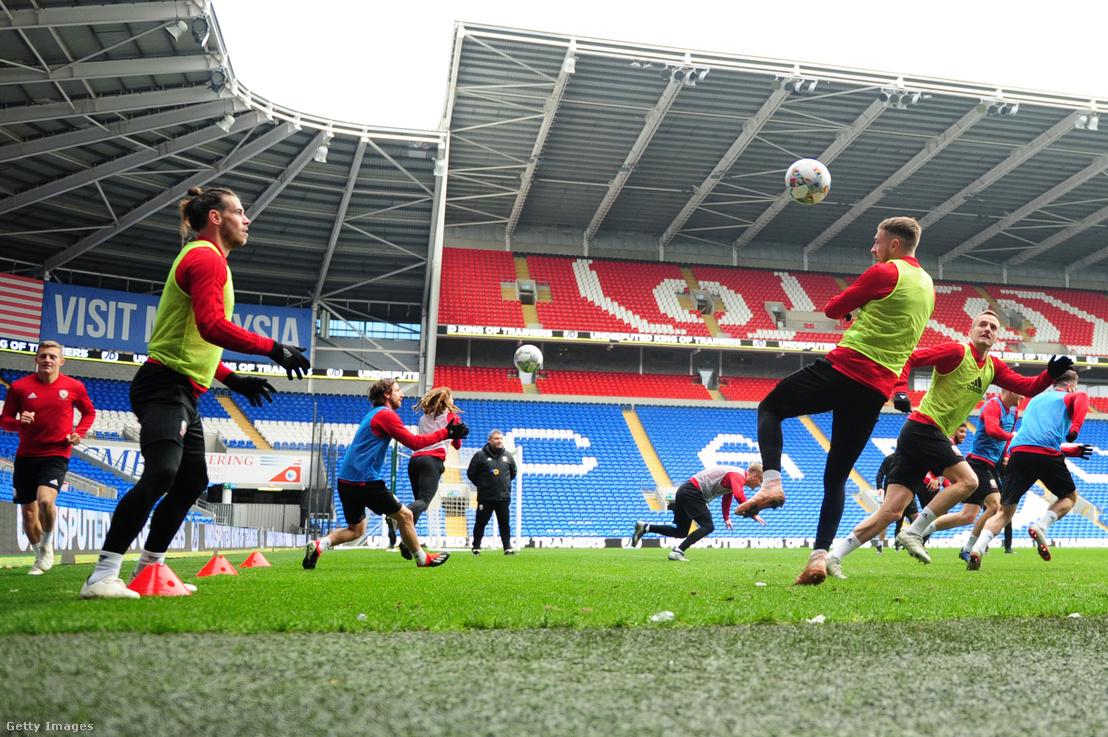 Gareth Bale (balra) és Aaron Ramsey 2018-as edzésen Cardiffban