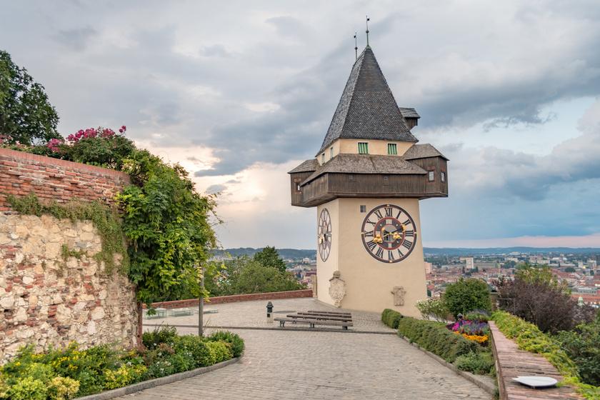 A grazi Várhegy, a Schlossberg leghíresebb emléke az Uhrturm, az Óratorony, melynek különlegességei a felcserélt óramutatók. A toronyhoz lépcsőn és siklóval is fel lehet jutni, és mesés panoráma nyílik a városra.