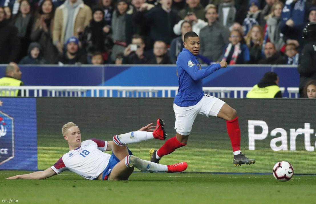 A francia Kylian Mbappé (j) és az izlandi Hördur Magnússon a labdarúgó-Európa-bajnoki selejtező H csoportjában játszott Franciaország–Izland-mérkőzésen, Saint-Denisben 2019. március 25-én.