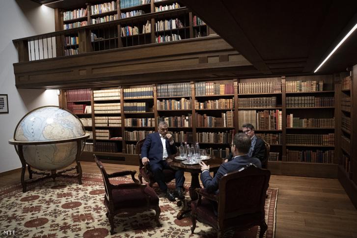 Orbán Viktor dolgozószobájában Nagy-Magyarországot ábrázoló földgömb van