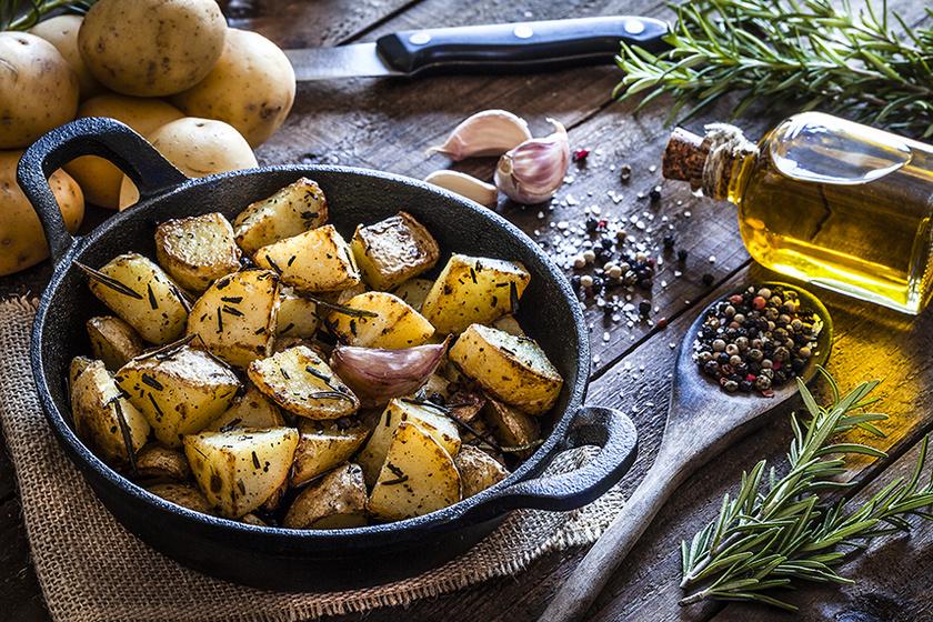 Olívaolaj, zöldfűszer, fokhagyma és krumpli – Ennyi, na meg egy tepsi kell a tökéletes sült burgonyához