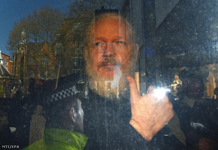 Julian Assange ausztrál oknyomozó újságíró érkezik a londoni Westminster bíróságra 2019. április 11-én
