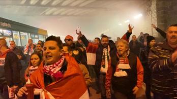 Énekelve vonultak Cardiffban a magyar szurkolók