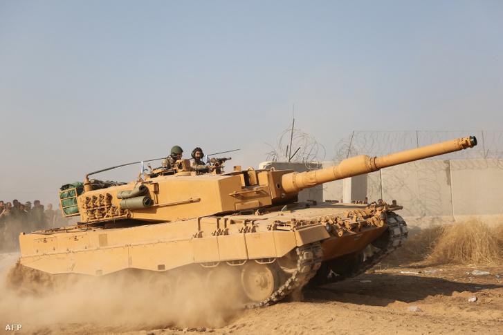 Török katonák ülnek egy tankban Szíria és Törökország határán 2019. október 27-én.