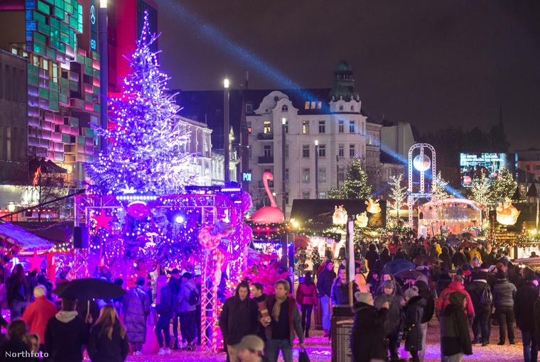 Ez a Hamburgban található, Santa Pauli karácsonyi vásár ami csak ezen a képen, tisztes távosságból fotózva tűnik szokványosnak