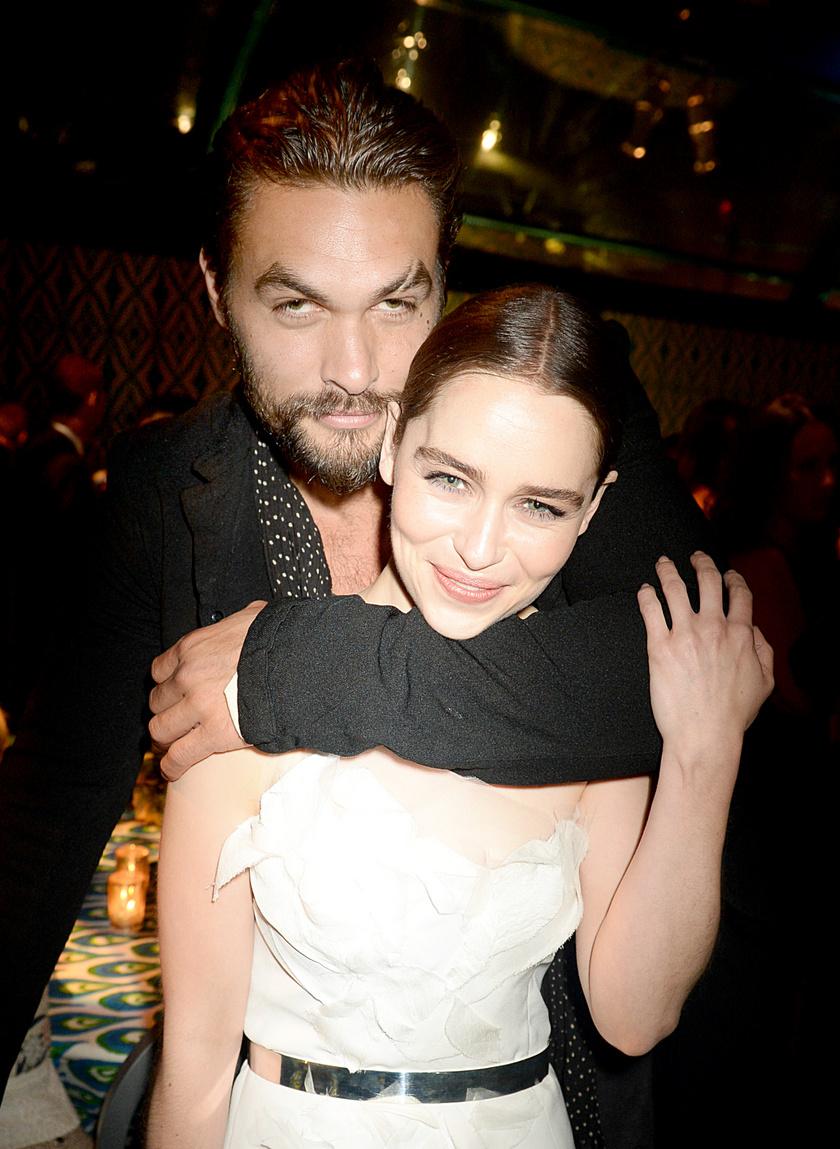 Emilia Clarke és sorozatbeli partnere, Jason Momoa.