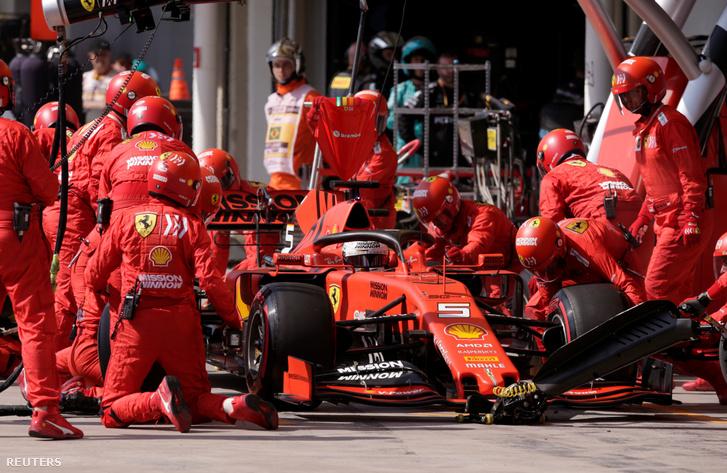 Sebastian Vettel a boxutcában a Brazil Nagydíjon 2019. november 17-én.