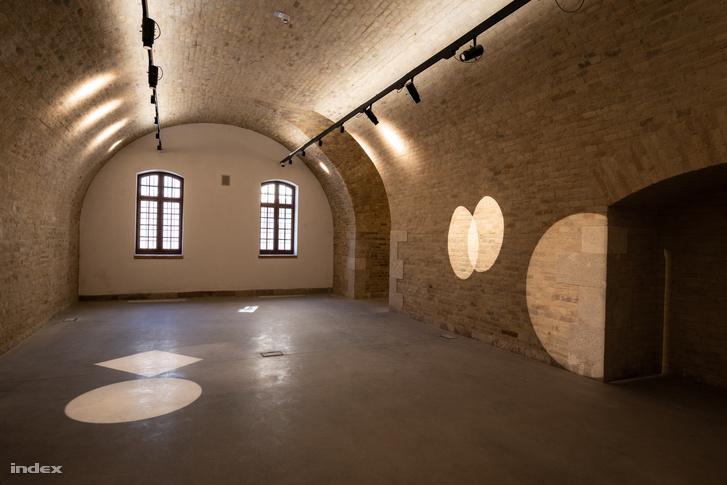 Az egykori erőd egyik felújított körlete, amelyben ottjártunkkor éppen világításpróbát tartottak.