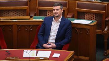 A jobbikos Jakab Péter a képviselői szigort teszteli, beleült Orbán székébe a parlamentben
