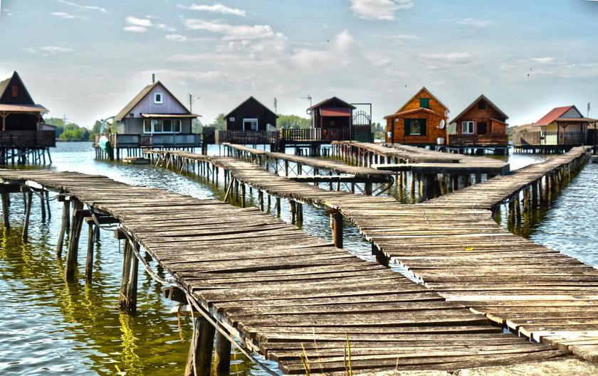 """Az Oroszlány közelében fekvő Bokod nevezetességévé vált """"lebegő falva"""", a Bokodi-tó horgászházai. A tavat egykor a közeli erőmű hűtőtavaként hozták létre."""