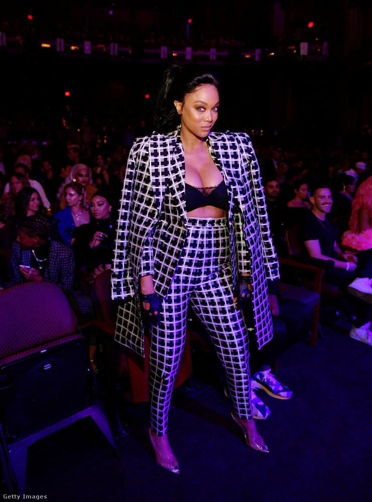 Meglepő lehet azonban, hogy amíg Kim Kardashian kihívó-szexi öltözékeiről híres, addig ezen az eseményen a szolidabbak közé tartozott