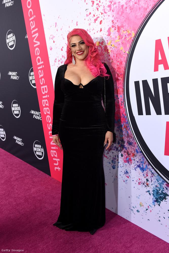 Még egy dekoltált fekete ruha, ezúttal Kat Castanontól.