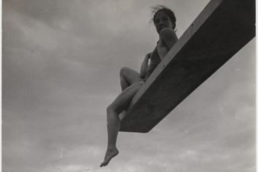 Lily, 1936, 24,3 x 18 cm, korabeli brómezüst zselatin nagyítás, Musée                         Nicéphore Niépce, Ville de Chalon-sur-Saône                         Az André Steinerről írt monográfia címe: A kíváncsi ember jól jellemzi a sokoldalú műveltséggel,                         elektromérnöki diplomával is rendelkező fotográfust. Első felvételeit későbbi feleségéről, az                         úszóversenyző Lilyről készítette, aki azután több mint tíz évig volt elsőszámú modellje, s akit a                         legkülönbözőbb helyzetekben, vízben, napozás közben, táncolva, gondolataiba merülve, vagy                         anyaként örökített meg. A nouvelle vision (új látásmód) jegyében készült Lily-aktok hol a nő                         egész alakját, hol testének csak egy egészen közelről fotózott részletét mutatják - nyilvánvalóan                         a szerelmes férfi szemével.                         André Steiner a háború alatt Cannes-ban élt, ahol tenger alatti fotózással is foglalkozott, eközben                         a németek állásairól gyűjtött fontos információkat. 1945-ben visszatért Párizsba, s elsősorban a                         tudomány és a technika területén alkalmazott fotózás került munkájának középpontjába.