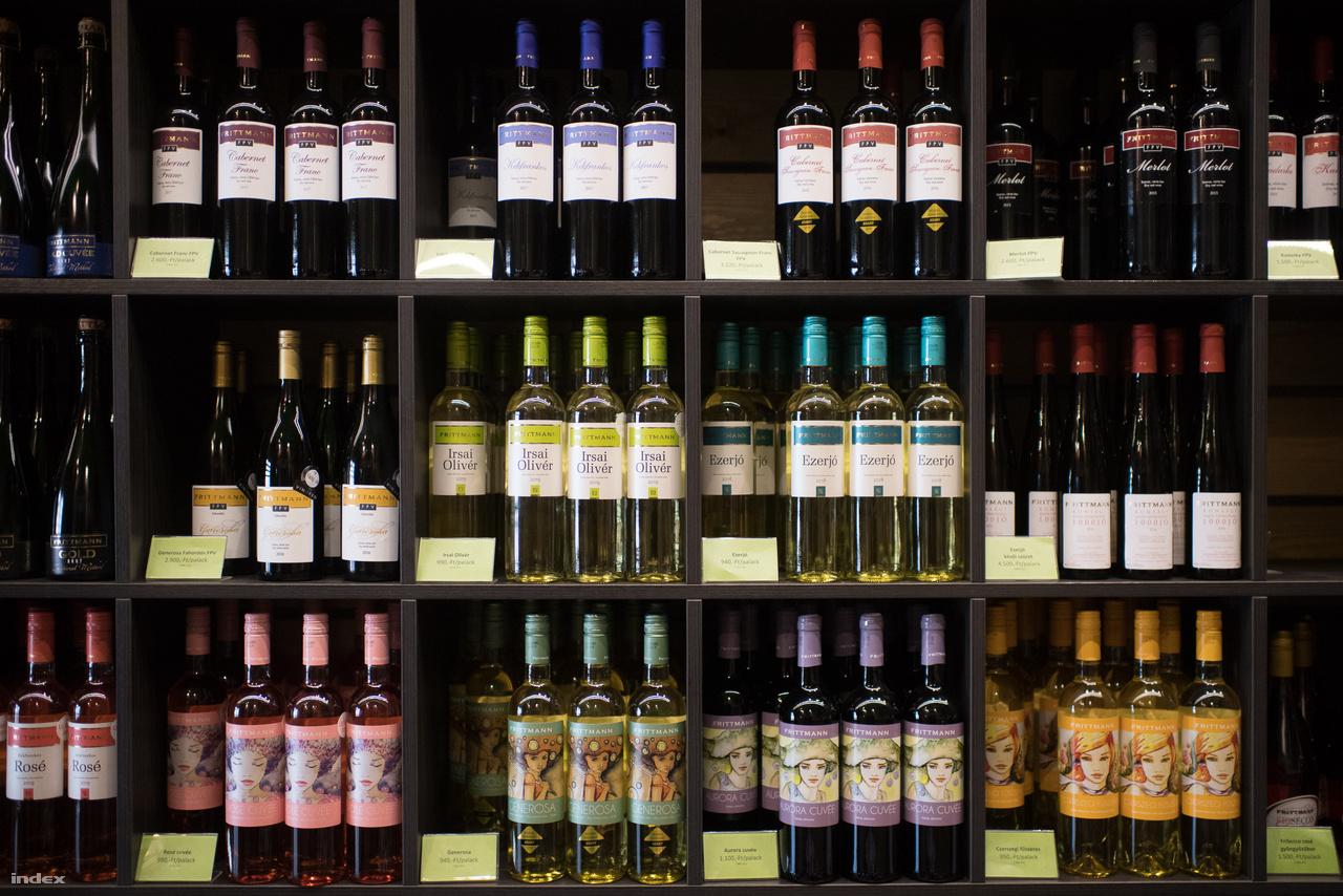 A borászatra sokféle bor jellemző, a legnépszerűbbek az Irsai Olivér, a Cserszegi Fűszeres, a Kékfrankos Rosé és a rosé Cuvée. Emellett vannak speciálisabb boraik is, a rosék közül a Néró, fehérek közül a Generosa, a soltvadkerti jellegzetességnek számító Ezerjó, valamint van kétféle gyöngyözőboruk, pezsgőjük, tönköly- és szőlő pálinkájuk is. A legnagyobb mennyiségben készített és legnépszerűbb borukból, az Irsai Olivérből közel 200-250 ezer palackot gyártanak le egy évben, ez teszi ki a forgalom egynegyedét. A borok 90%-a belföldön fogy el, 10%-ukat viszont exportálják Németországba, Szlovákiába, Romániába, Angliába és Lengyelországba, ritkán szállítanak Mongóliába, Új-Zélandra és Japánba is. Sok borukat csak kevés helyen árusítják, a prémium borok jelentős része csak a borászatnál található meg. A borok mellett egyébként bevételük a borászat mellé 2007-ben épült panzióból is jön, amit a jövőben terveik szerint fejlesztenének és nyitni szeretnének a gasztronómia felé is.