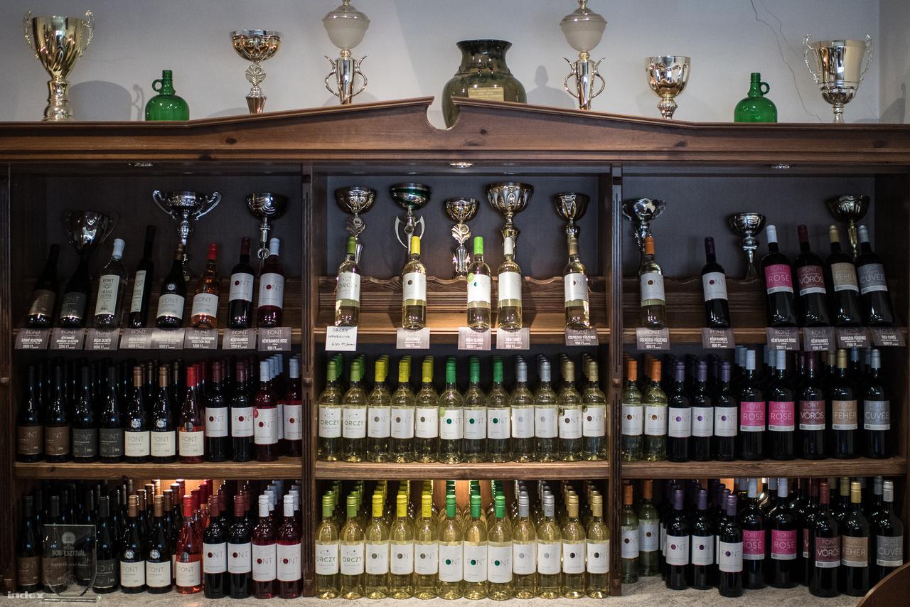 A Font Pincészet borainak majdnem 60%-át belföldi kiskereskedelemben, közel 40%-át pedig hazai gasztronómiában árusítják. Elenyésző százalékban szállítanak külföldre, főleg Japánba és Horvátországba, céljuk viszont inkább az, hogy sokkal több bort adjanak el helyben, a borászatnál. Palettájukon sokféle bor szerepel, id. Font Sándor kedvence például a kövidinka, húzófajtájuk az ezerjó, különlegességük pedig a barackos illatú Generosa. Évente kb. 250-300 ezer palackot gyártanak, ennek kétharmada fehérbor, emellett a helyszínen bag-in-boxos kiszerelésű bort és folyóbort is árusítanak (előbbit egyébként egyedül a Borhálónak szállítják).