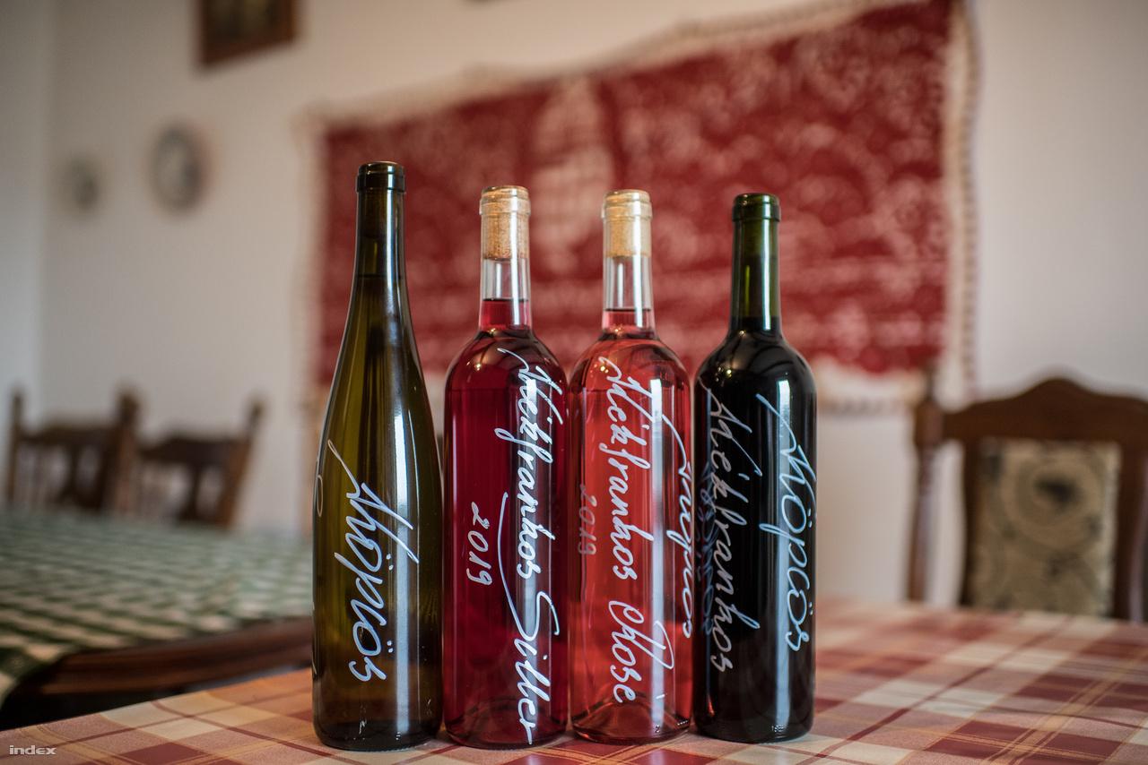 """A Köpcös pincészetnak nincs engedélye palackoztatni, ő csak palackoztathat, és a szőlő egy részéből nem is készítenek bort, hanem eladják.  """"Tavaly felét, most 10-20 százalékát adtuk el, és a szőlő fennmaradó részéből 5000 palack bor készült. A készletből nem nagyon szokott maradni következő évre Tavaly nem volt forgalmi borom, mert ha valami nem tetszik, azt nem kínálom eladásra. Versenyekre nem nagyon szoktam járni, nem vagyok a híve, szerintem ennek a nagyobb pincészeteknél van értelme. Amíg persze volt Csengődön verseny, akkor indultam, illetve a siller borok versenyére szoktam küldeni tételeket, mert ez nagy kedvencem. Nem annyira könnyű, de amikor nem akarsz vöröset inni, de tartalmasabb borra vágysz, akkor ez a jó választás."""" Egy vonatkozó kiadványban is ezt nevezték a pincészet zászlóshajójának, és ahogyan már a korábban említett Kovács Anti fogalmazott, Léder Zoltán a jó bizonyíték arra, hogy a kézművesség szellemiség kérdése, nem kell feltétlenül hozzá terroir-bajnok terület. """"Ebben a pincészetben nem körzővel-vonalzóval tervezik a borokat, annyi szent. Itt bizony a természet tartja a kezében a karmesteri pálcát"""" - írják.  A pincészetben egyébként alacsony tőketermelésű szőlőből koncentrált borok készülnek általában fahordós erjesztéssel, érleléssel. Léder Zoltán kiemeli, az ő roséja más mint a többieké, sokkal testesebb és alkoholosabb. Ő mondjuk inkább a fehér borokat szereti. """"Demeter barátom szokta mondani, hogy meglett férfi csak száraz fehéret iszik."""" Persze azért a rosé és a fehér meleltt vannak vörösborok is. """"""""Amikor Szepsi Pistának vittünk vöröset, azt mondta Zolikám, ebbe a talajba biztosan valamit elrejtettek valamit, mert azt, hogy az Alföldön ilyen vöröseket lehet kóstolni, ilyen nincs."""""""