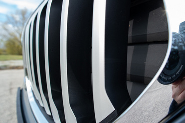 Íme a lezárt hűtőrostélyok, amelyek menet közben kinyitnak. A légellenállás csökkentése a cél, azáltal, hogy csak annyi levegőt enged a motortérbe, amennyit feltétlenül kell