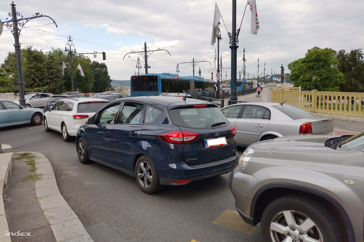 Forgalmi dugó a Margit-hídon a villamosfelújítás ideje alatt 2019. július 8-án