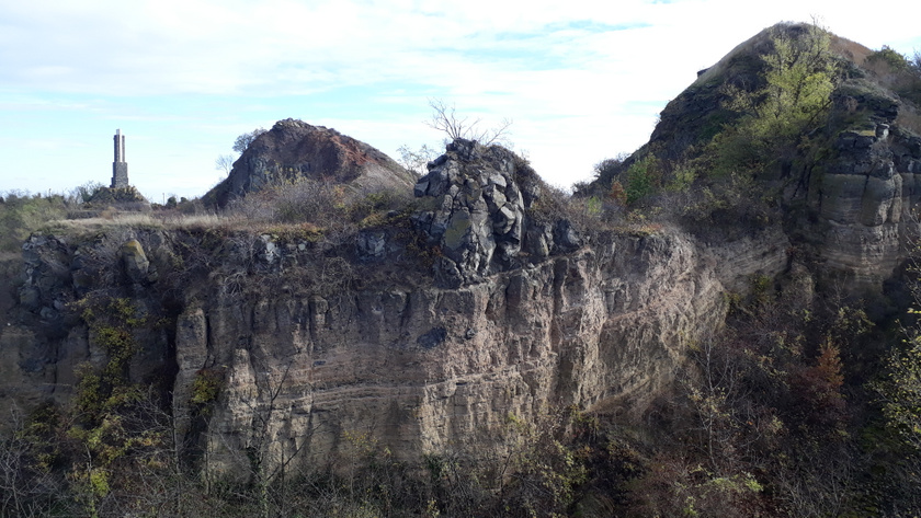 A bányászattal láthatóvá vált tehát a vulkán krátere, a kőzetek sokfélesége, rétegezettsége pedig betekintést nyújt a hegy kialakulásába is.
