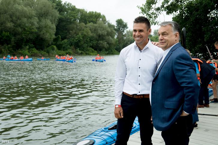 Orbán Viktor miniszterelnök és Kammerer Zoltán olimpiai és világbajnok kajakozó a Tokaji Vízitúra Központ átadásán 2018. június 14-én.