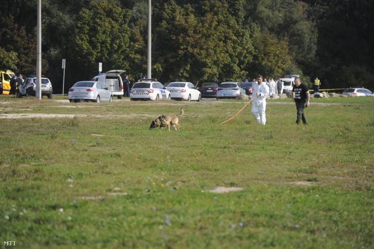 Bűnügyi helyszínelő és rendőr dolgozik a főváros XV. kerületében, a Szilas-pataknál, ahol egy 49 éves férfi holttestét találták meg 2018. szeptember 20-án reggel