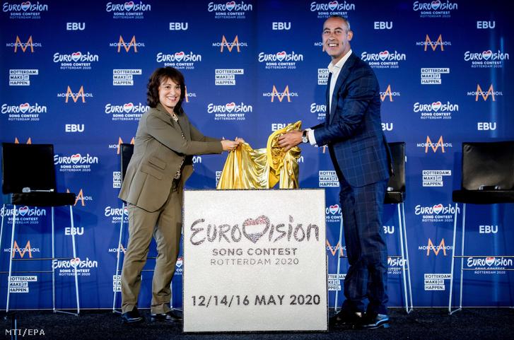 Shula Rijxman, a Holland Közszolgálati Alapítvány (NPO) igazgatótanácsának elnöke (b) és Said Kasmi, Rotterdam oktatási kulturális és turisztikai tanácsosa miután bejelentették, hogy Rotterdam ad otthont a 2020-as Eurovíziós Dalfesztiválnak 2019. augusztus 30-án