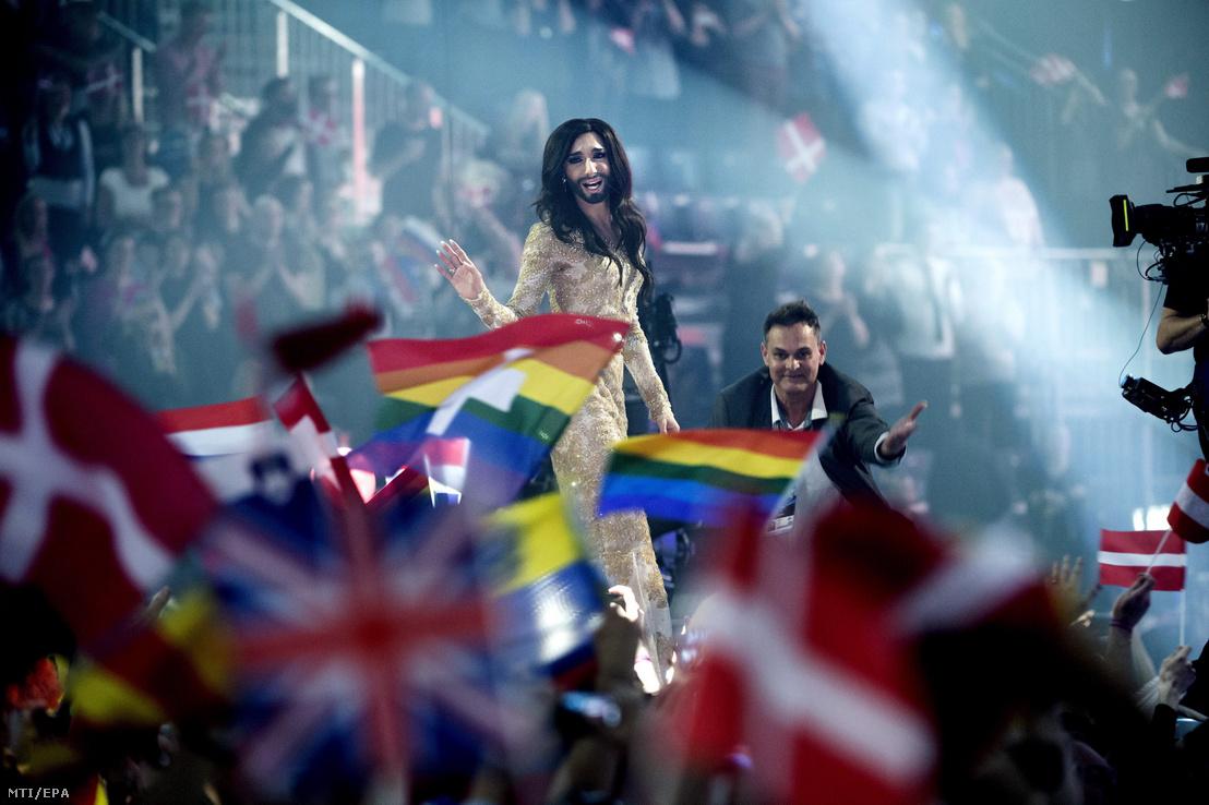 Conchita Wurst osztrák énekes (k), miután győzött az 59. Eurovíziós Dalverseny döntőjében Koppenhágában 2014. május 10-én