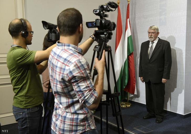 Kásler Miklós, az emberi erőforrások minisztere sajtótájékoztatót tart az Emberi Erőforrások Minisztériuma sajtótermében 2018. július 17-én