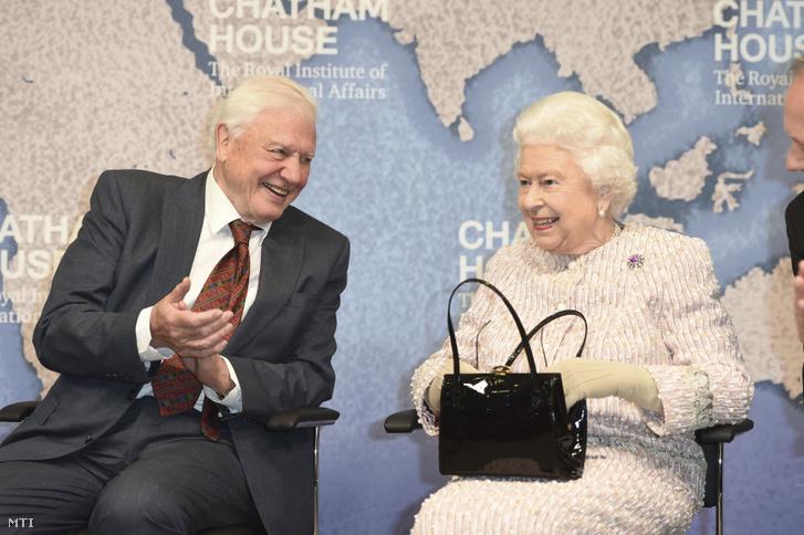 II. Erzsébet brit királynő és Sir David Attenborough brit természettudós és ismeretterjesztő dokumentumfilmes a londoni Királyi Külügyi Intézetben a Chatham House-ban tartott rendezvényen 2019. november 20-án.
