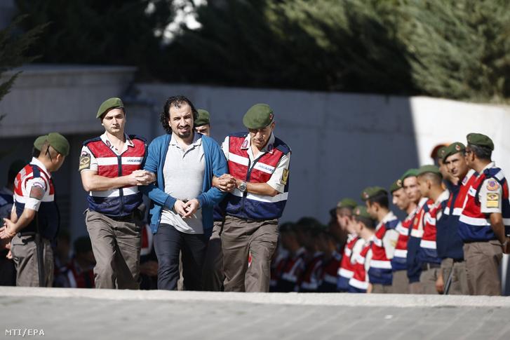 Katonák kísérik a 2016. júliusi törökországi puccskísérlet állítólagos résztvevőjét perének tárgyalására a délnyugat-törökországi Muglában 2017. október 4-én.