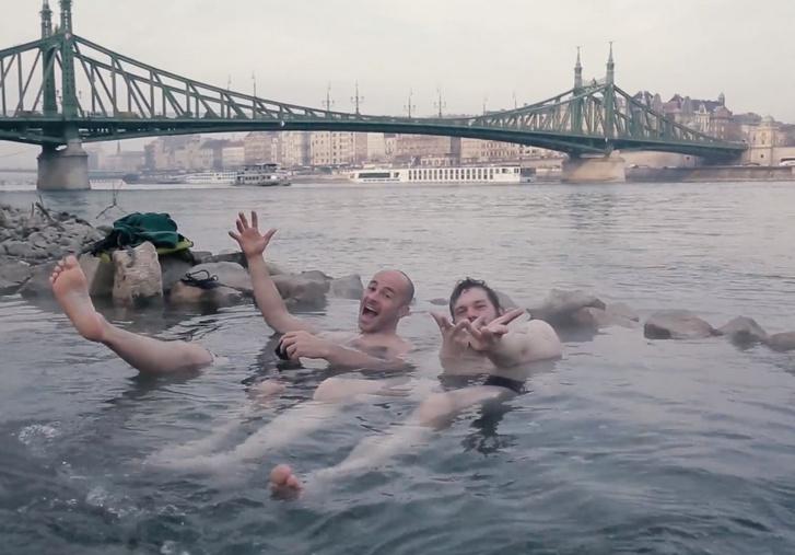 A kép nem a megbüntetett fiatalokat, hanem két indexes kollégánkat ábrázolja a helyszínen, a Gellért téri kifolyó medencéjénél