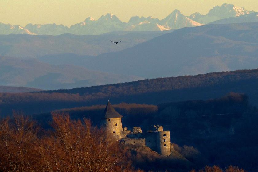 A hófödte Magas-Tátra is látszik az apró várakból: a Salgó és a Somoskő vára ősszel olyan, mint egy tündérmese