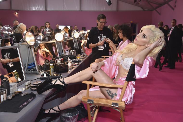 Azt ugye tudja, hogy a modellek mellett énekesek is fellelhetőek a Victoria's Secret kifutóján? 2016-ban például Lady Gaga énekelte a szépségek között, és mivel nem akart lemaradni nőtársai szépsége mellett, ő is puccba vágta magát