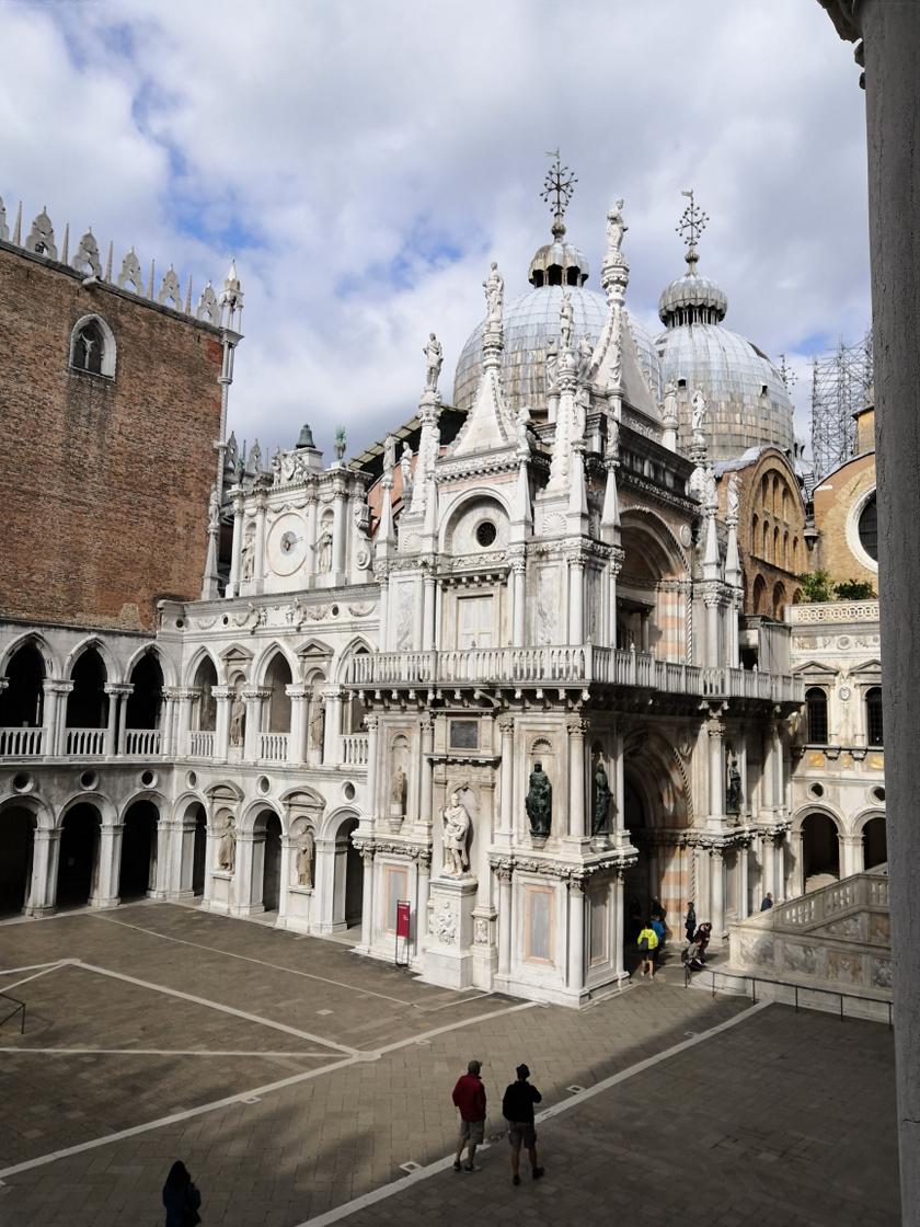 A Szent Márk-székesegyház a turisták kedvelt helye egész évben a velencei Szent Márk téren.