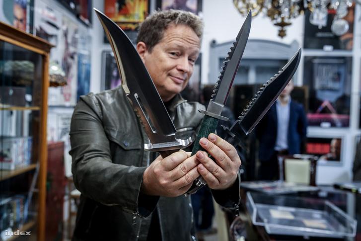 Geszti Péter Rambo-késekkel.