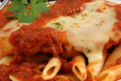Parmezános bundában sült csirkemell fűszeres paradicsomszósszal és mozzarellával