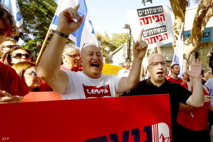 Az izraeli munkáspárt támogatói a Benjamin Netanyahu elleni tüntetésen, Tel-Avivban, 2019. november 22-én